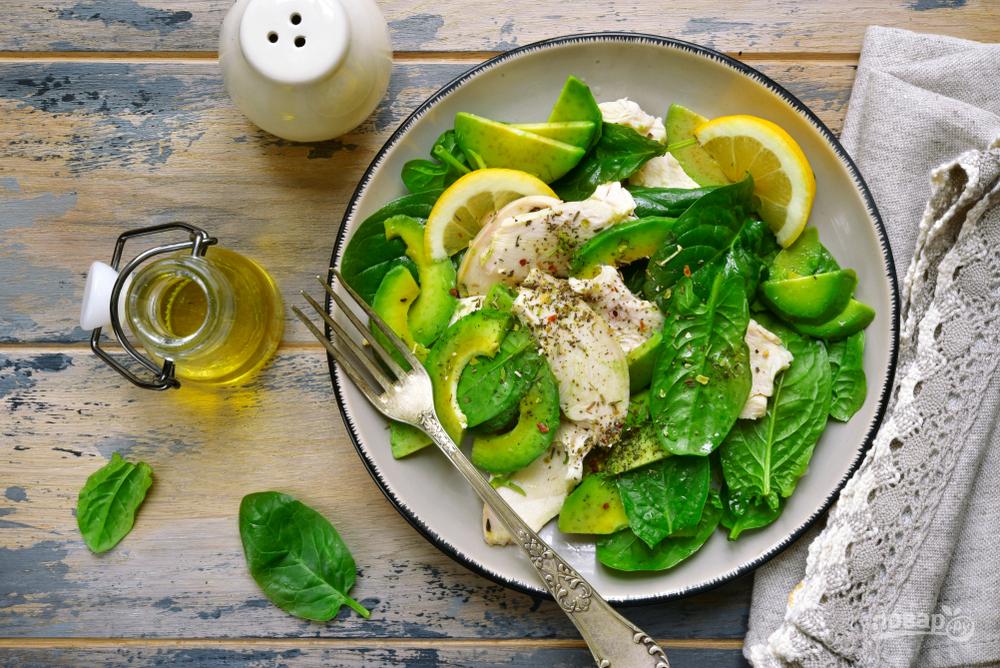 Салат со шпинатом, курицей и авокадо