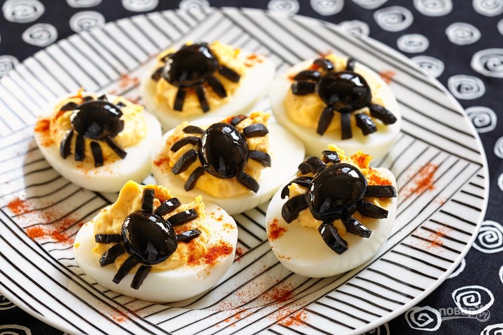 Яйца фаршированные с маслинами-пауками