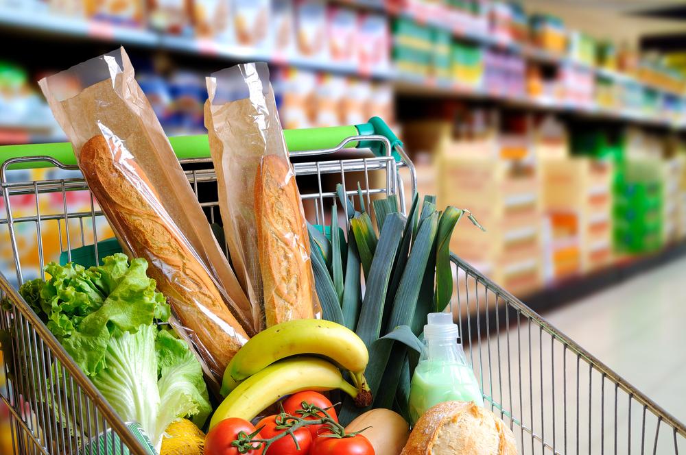 Тележка с продуктами: багет, салат, лук-порей, бананы, помидоры