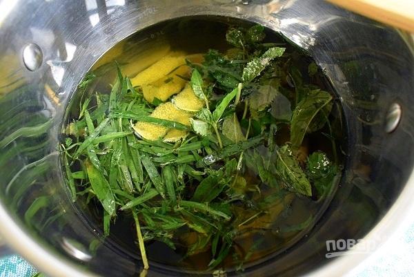 Залейте водой цедру, листья тархуна и мяты, добавьте сахар. Доведите до кипения и проварите в течение 5 минут, остудите и процедите.