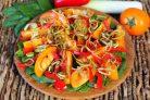Салат из помидор с луком-пореем и шпинатом