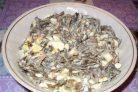 Салат из морской капусты, яиц и кальмаров