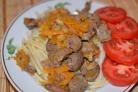 Куриная печень, тушенная с луком и морковью