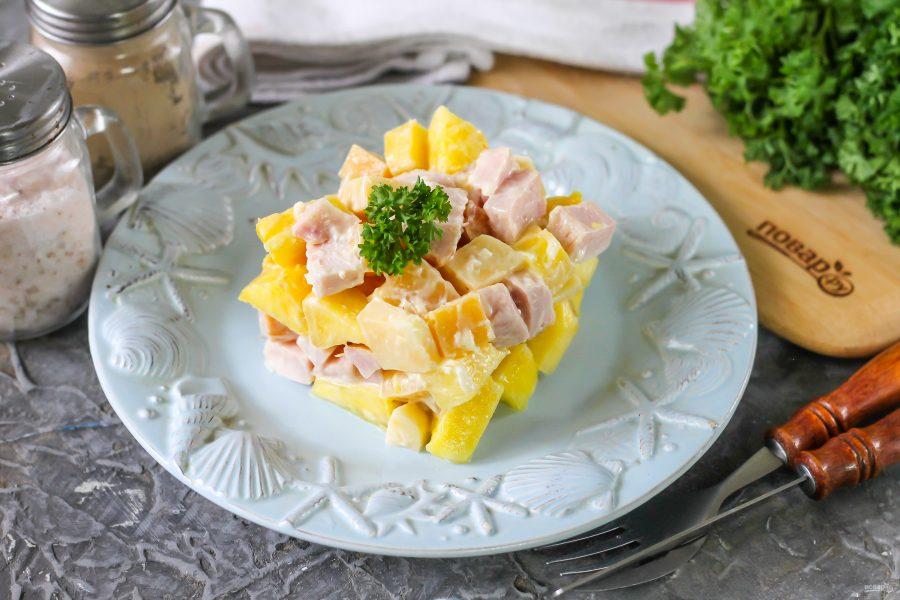 """Салат """"Три в одном"""" с ветчиной, сыром и ананасом"""