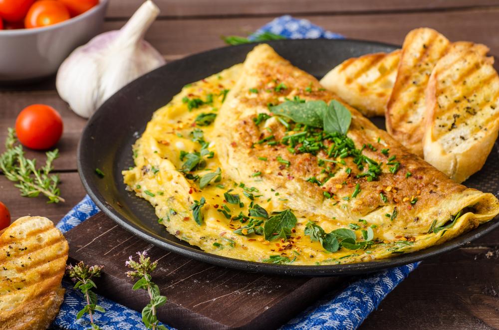 Сырный омлет со свежей зеленью на завтрак