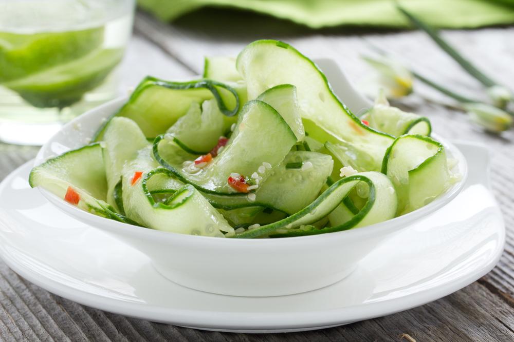 Салат из огурца с кунжутными семечками и чили
