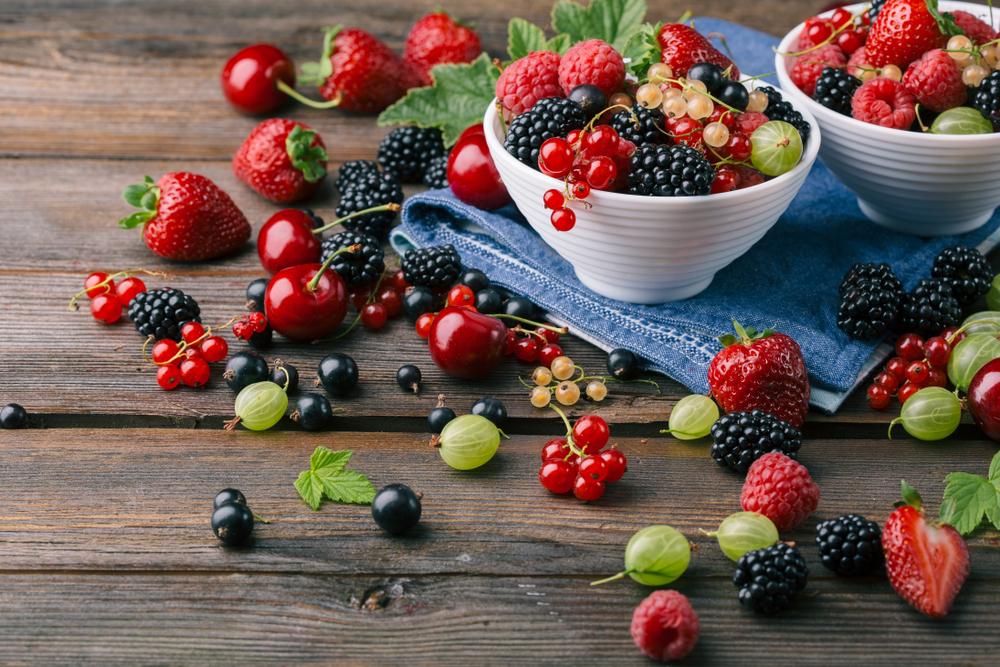 Полезные ягоды: малина, ежевика, крыжовник, смородина, вишня и клубника