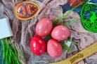Крашеные яйца свеклой (розовые)