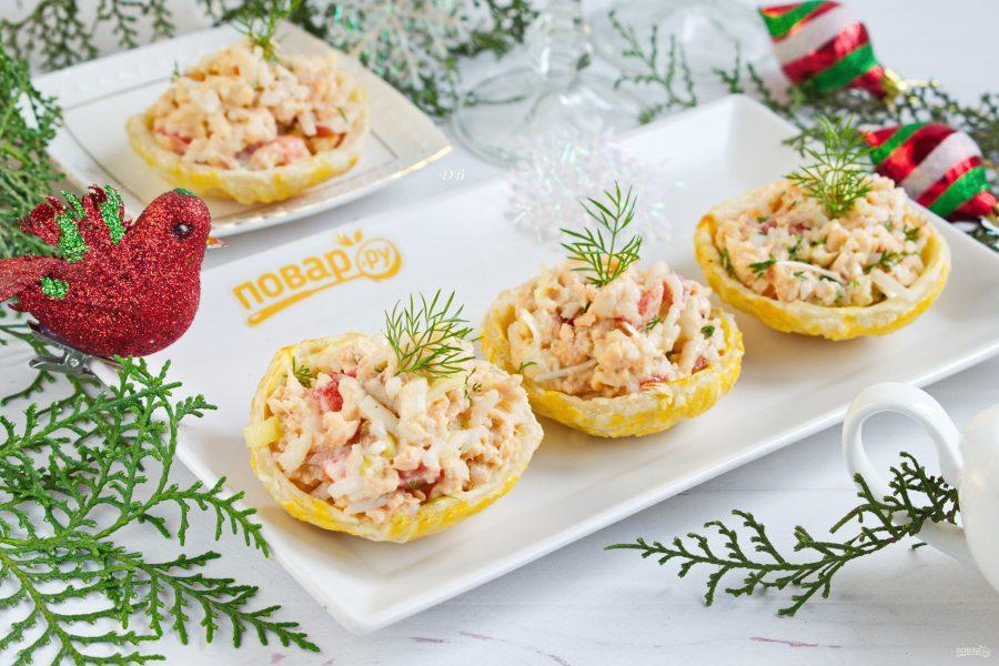 Салат с рыбой в съедобных тарелочках