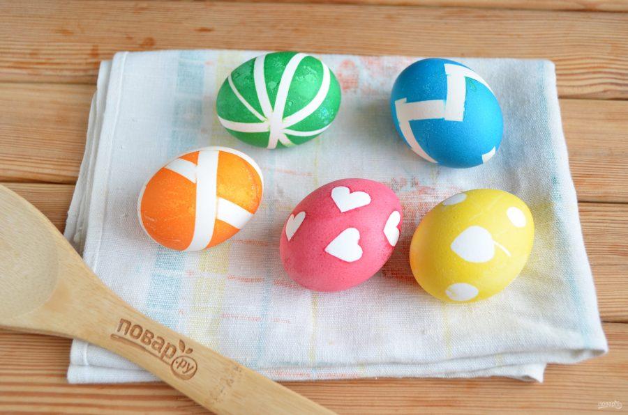 Рисунок на пасхальном яйце можно сделать при помощи изоленты