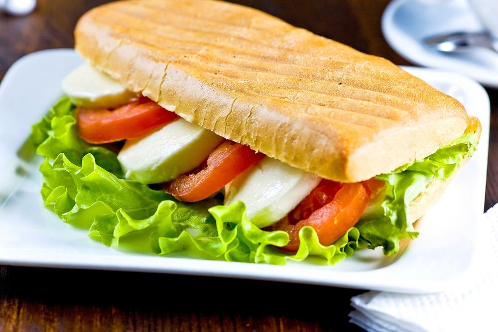 Сэндвич с помидором и моцареллой