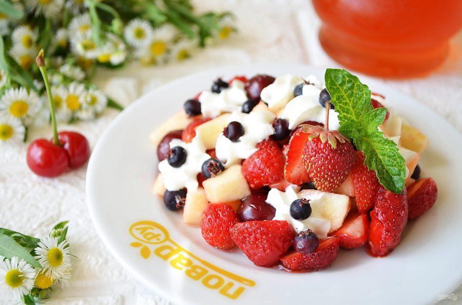 Салат из фруктов и ягод