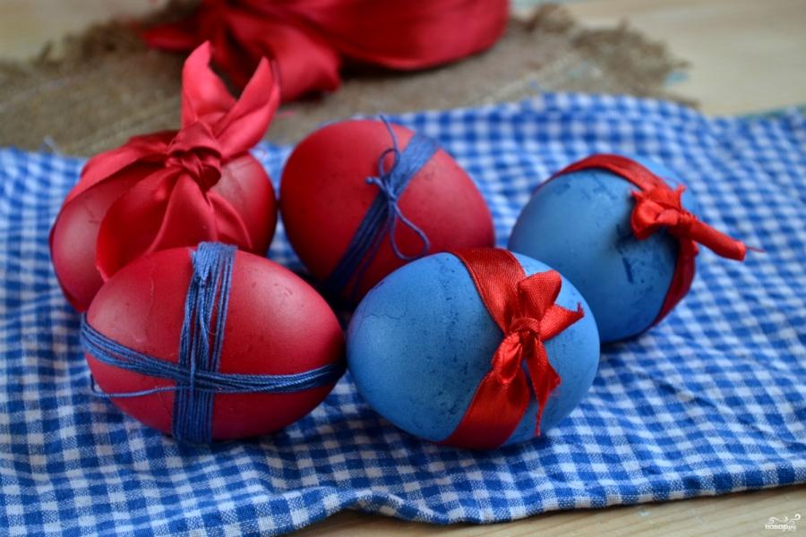 Синие и красные яйца на Пасху
