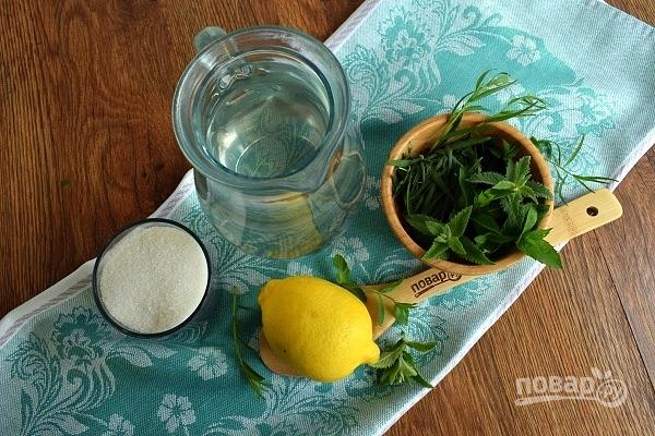Подготовьте необходимые продукты. Листья мяты и тархуна промойте под прохладной водой. Лимон тщательно вымойте.