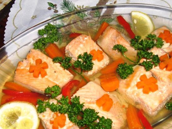 В форму выкладываем кусочки рыбы, крупно нарезанную морковь и дольки лимона. Заливаем все рыбным бульоном и ставим в холодильник на ночь.