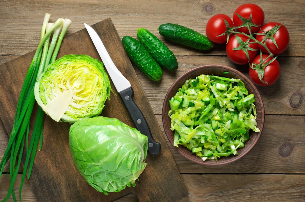 Салат из белокочанной капусты, огурца, лука и помидоров