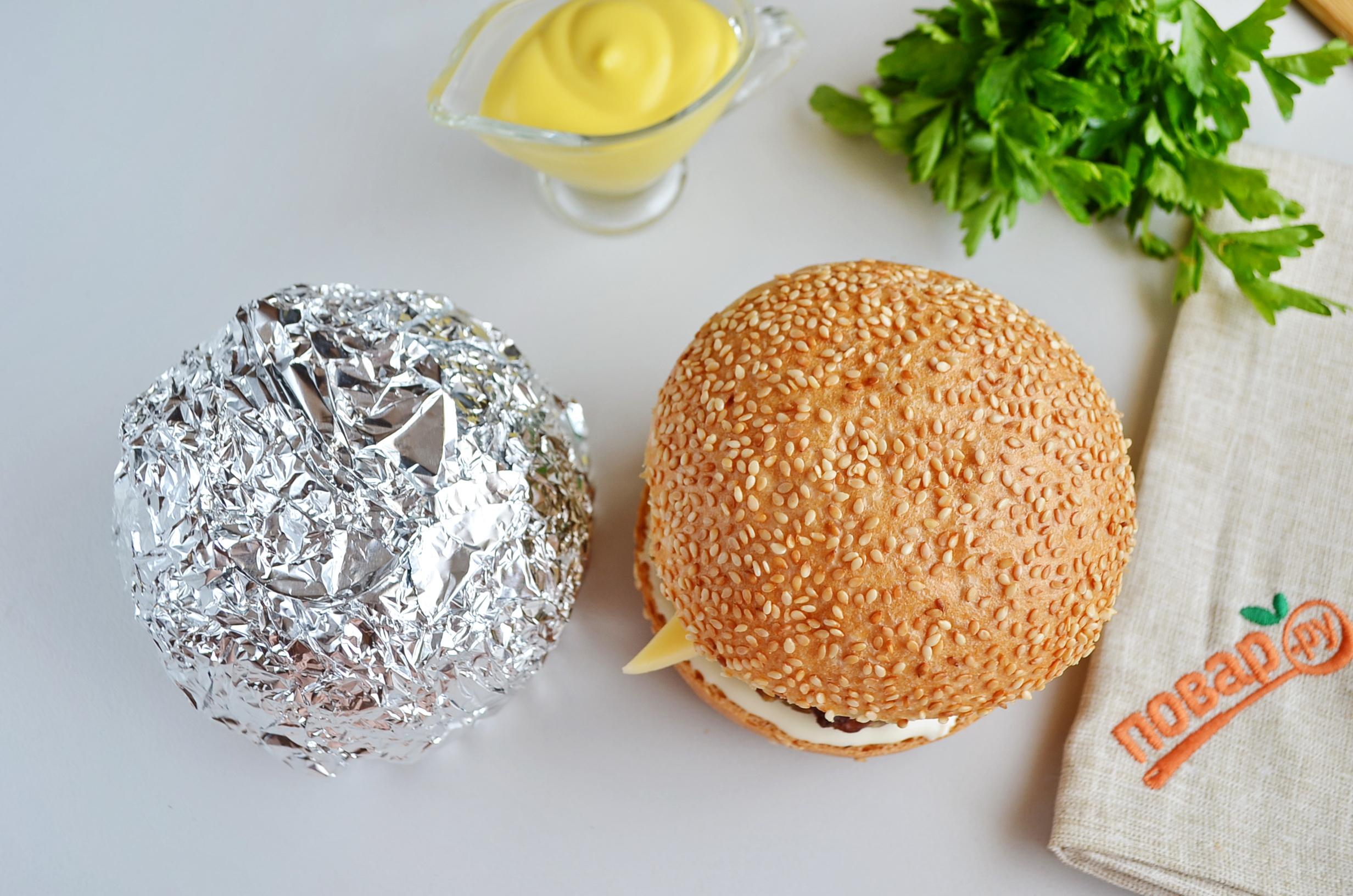 Сырный бургер в фольге