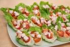 Новогодняя закуска в салатных листьях