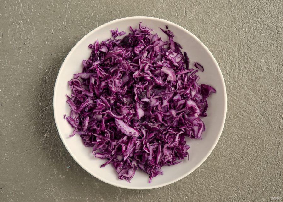 Салат с красной капустой и красной фасолью