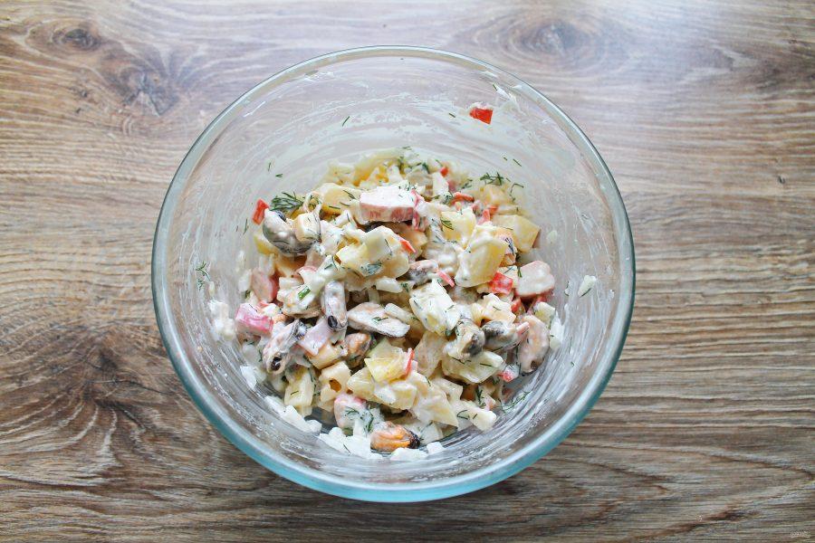 Салат с морепродуктами и ананасом