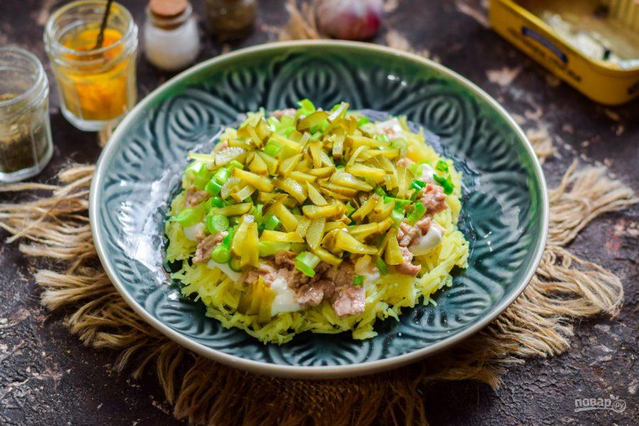 Салат из печени трески слоеный