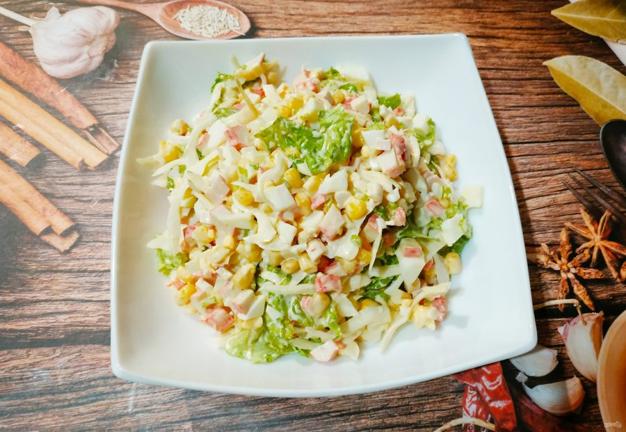Крабовый салат с капустой и кукурузой