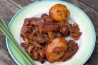 Картофель, тушенный со свининой и овощами