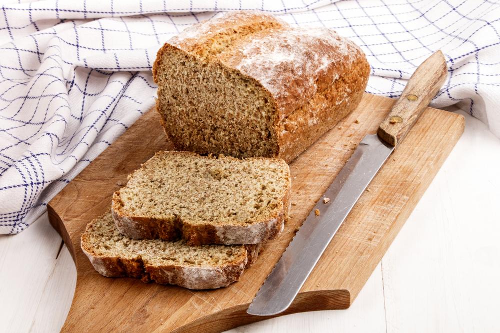 Ржаной хлеб на деревяной разделочной доске