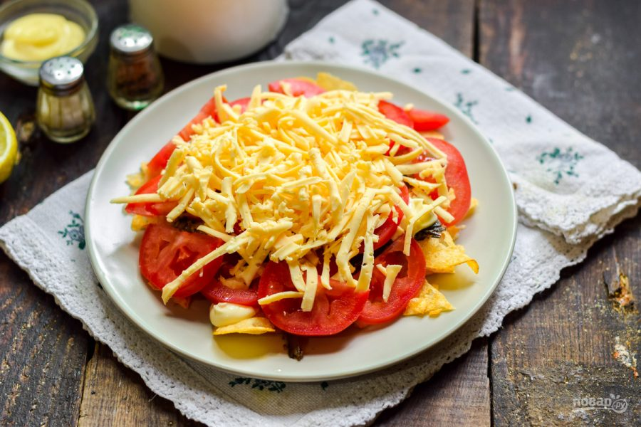 Салат с чипсами и шпротами