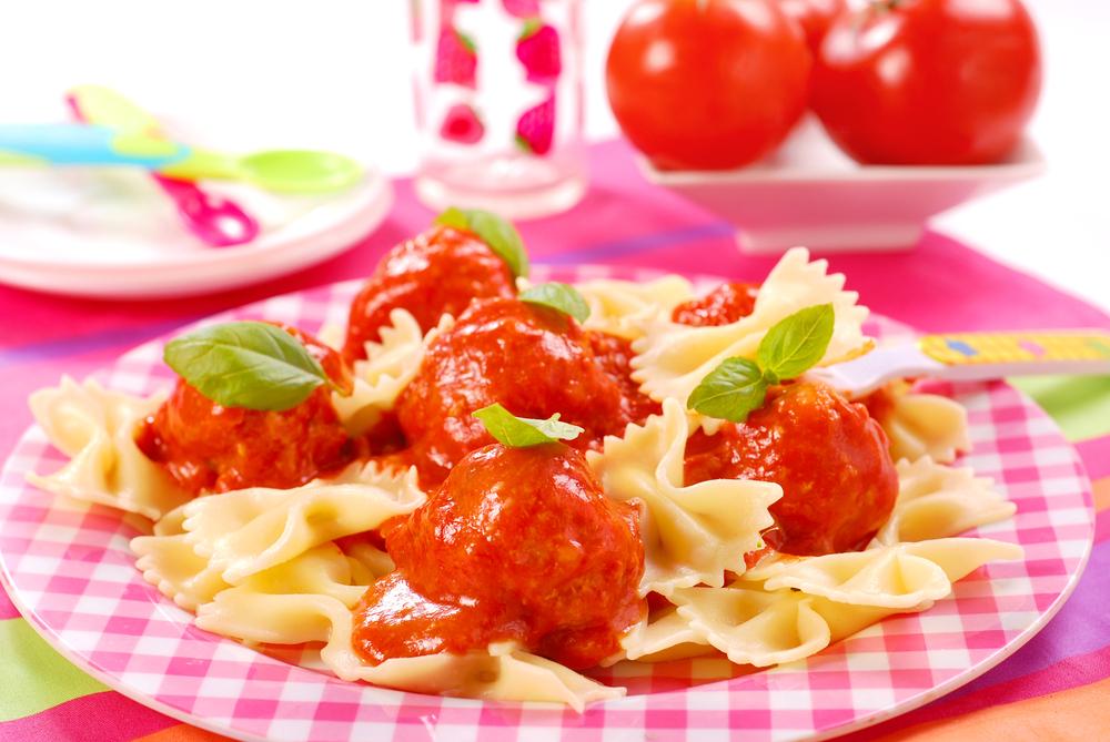Фрикадельки с макаронами в томатном соусе