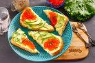 Бутерброды с авокадо и красной икрой