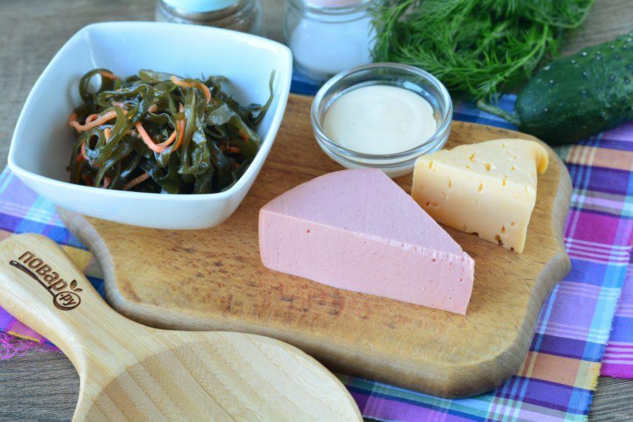 Салат с морской капустой и колбасой