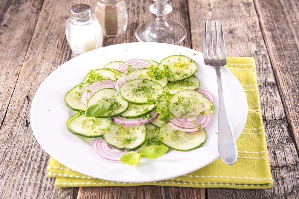 Салат из огурца и красного лука с растительным маслом