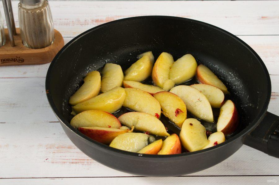 Котлеты из индейки с жареными яблоками