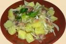 Салат с картофелем, огурцом и маслинами