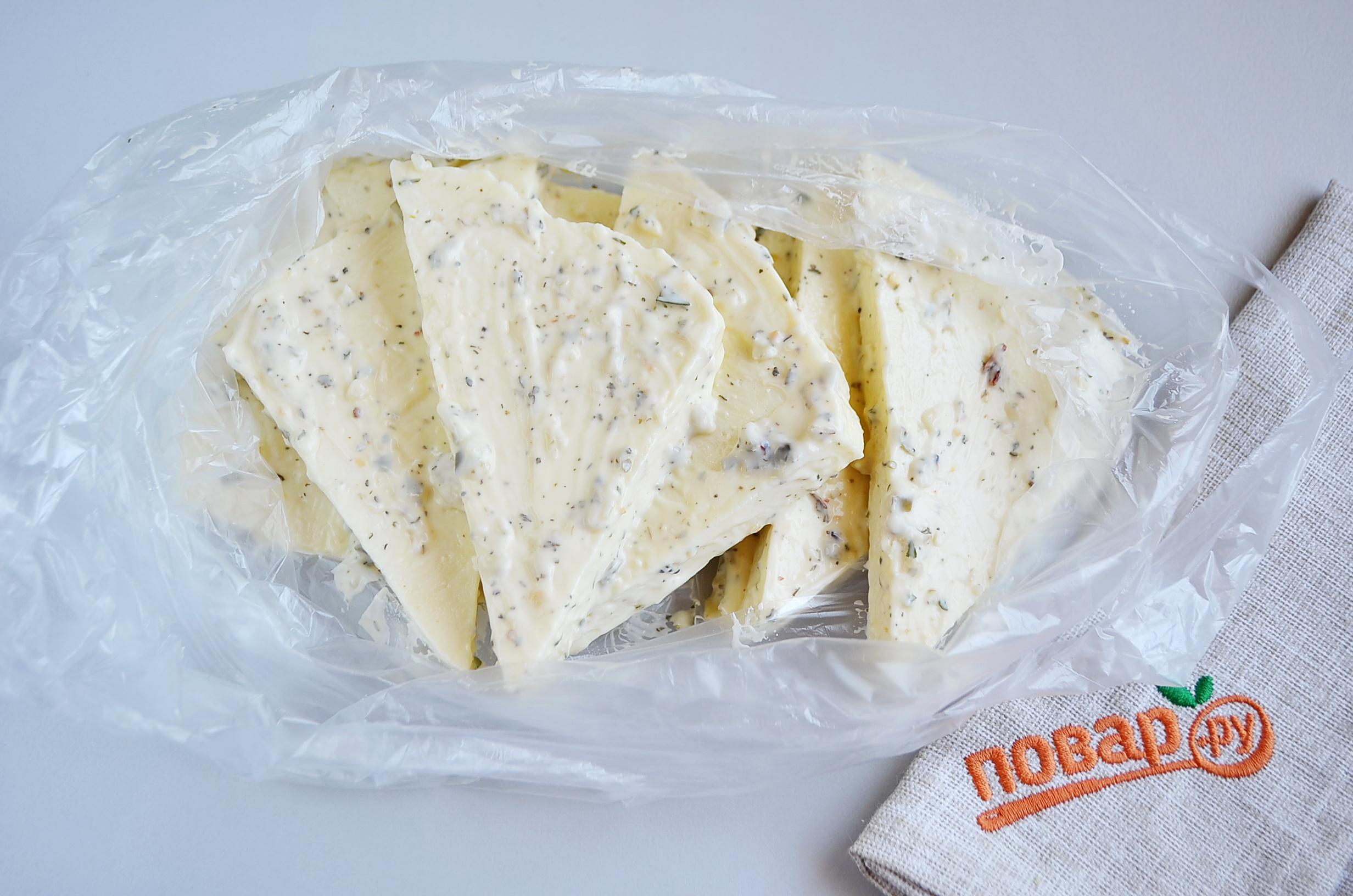 Сыр на мангале, шаг 2: маринуем сыр с чесноком, травами и соусом в пакете