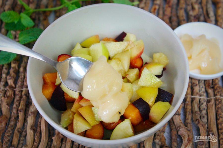 Фруктовый салат из дыни, персика и черного абрикоса