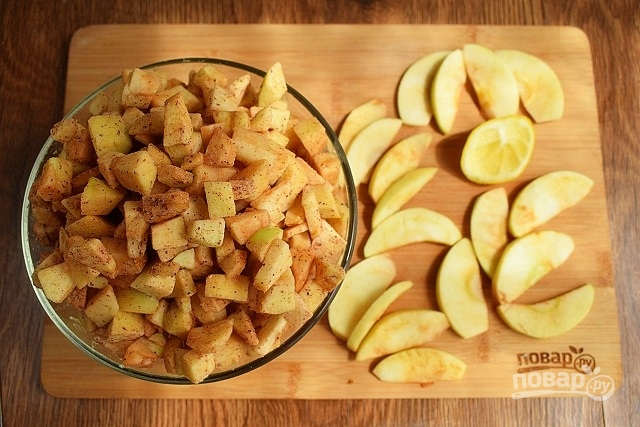 Готовим яблоки для шарлотки