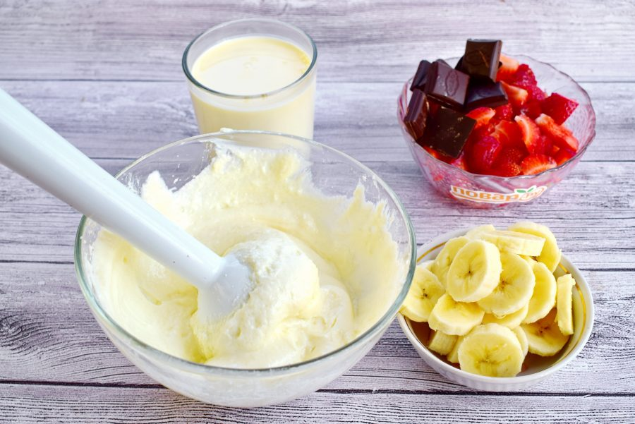 Творожно-клубничное мороженое с шоколадом