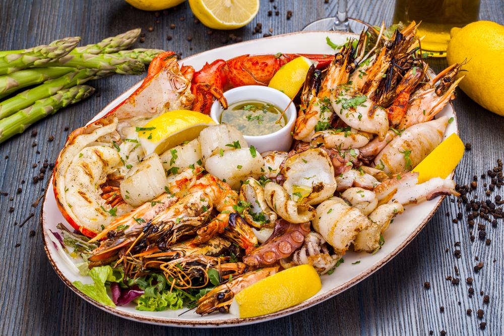 Морепродукты: креветки, крабы, кальмары, морские гребешки, мидии