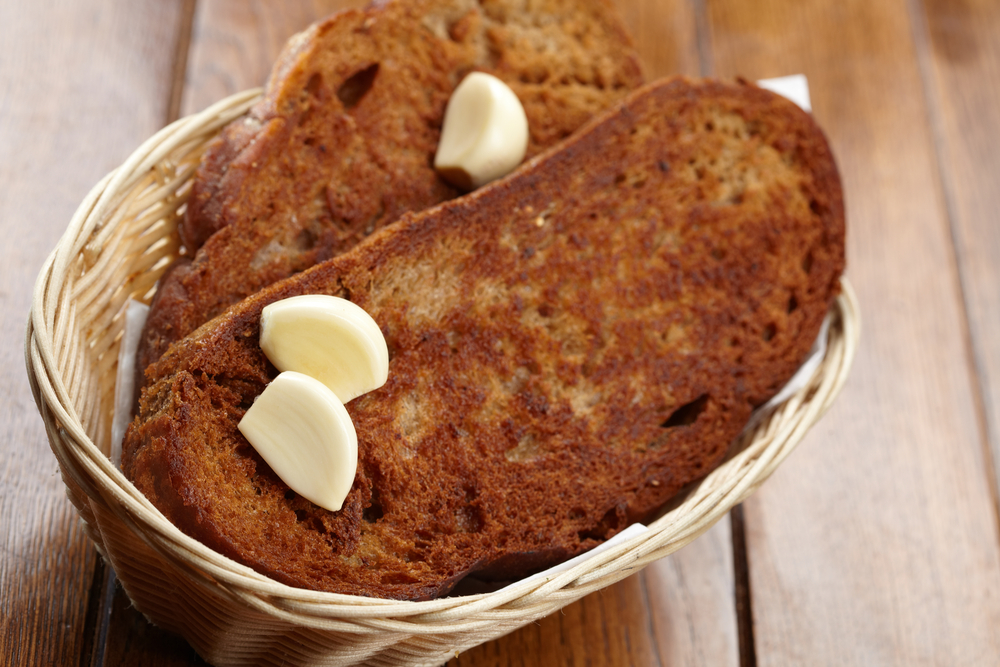 Гренки из ржаного хлеба с чесноком