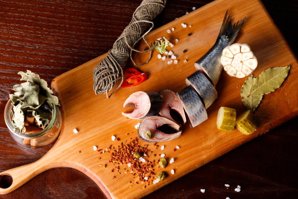 Быстрая и вкусная засолка селедки