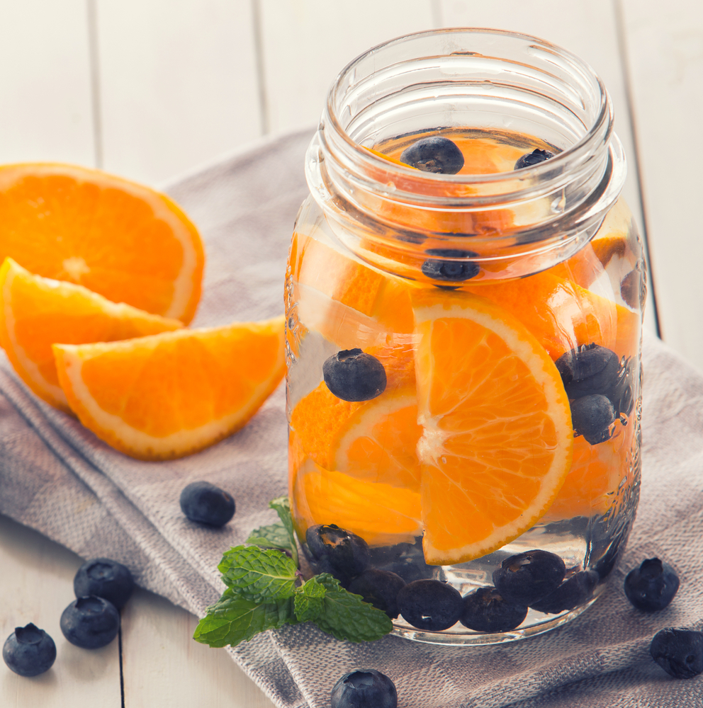 Освежающая воды с апельсинами и черникой
