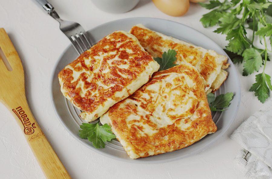 Яичные блинчики с колбасой и сыром