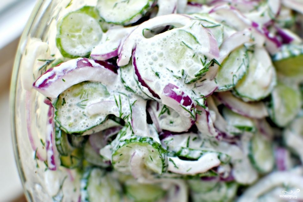 Салат из огурцов в сметанном соусе