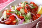 Салат с помидорами, огурцами и мятой