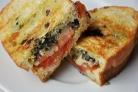 Сэндвичи с помидорами, соусом и сыром