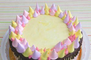 Сливочный торт с клубничной начинкой