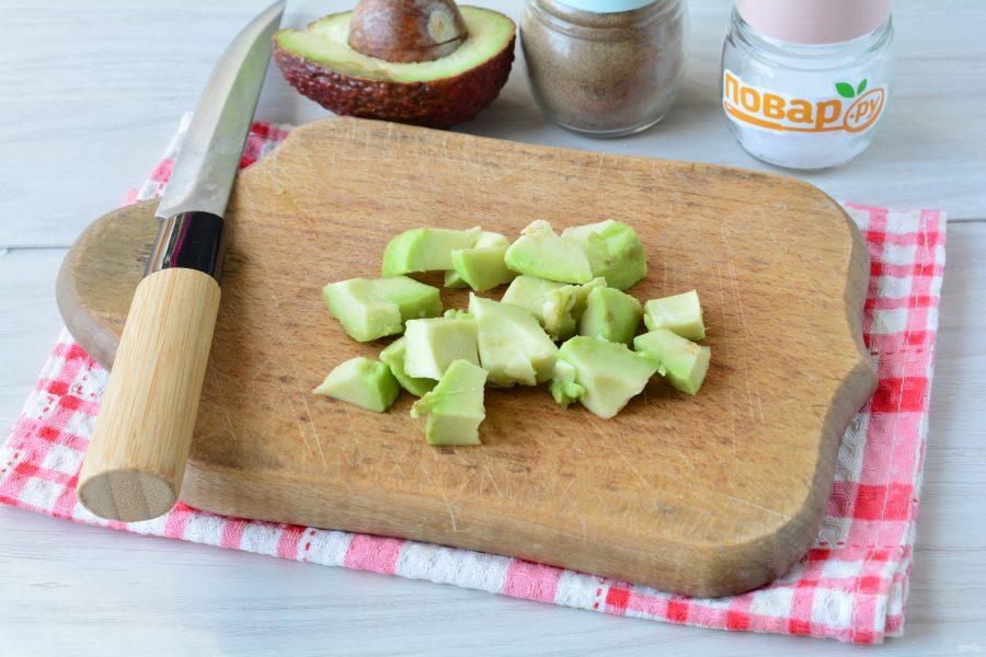 Салат с авокадо и базиликом
