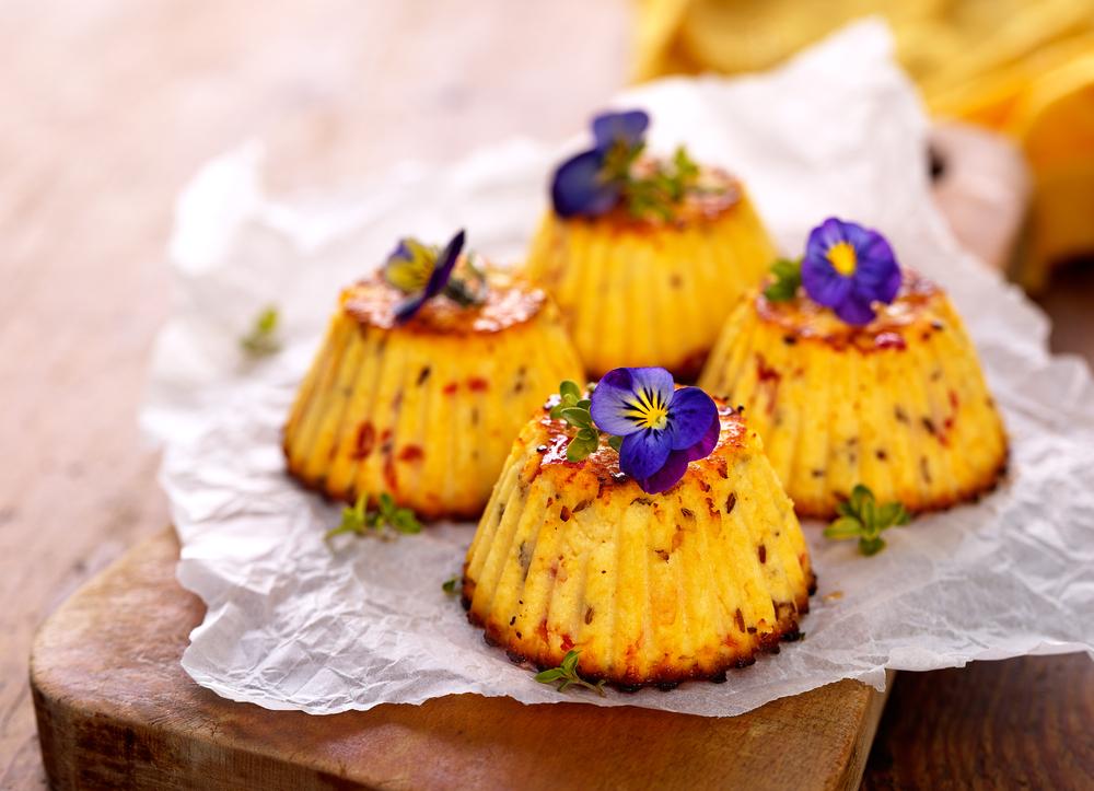 Закусочные маффины с сыром и цветами